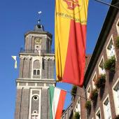 Rathaus mit Fahnen